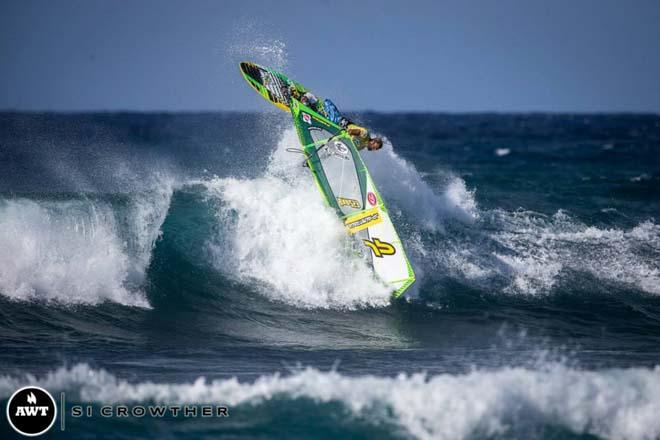 It is always a joy to watch Kauli sail at Ho'okipa but today he could not match Bernd © Si Crowther / AWT http://americanwindsurfingtour.com/