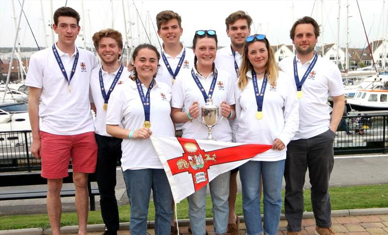 布里斯托尔赢得巴克斯学生快艇锦标赛的奖杯船队