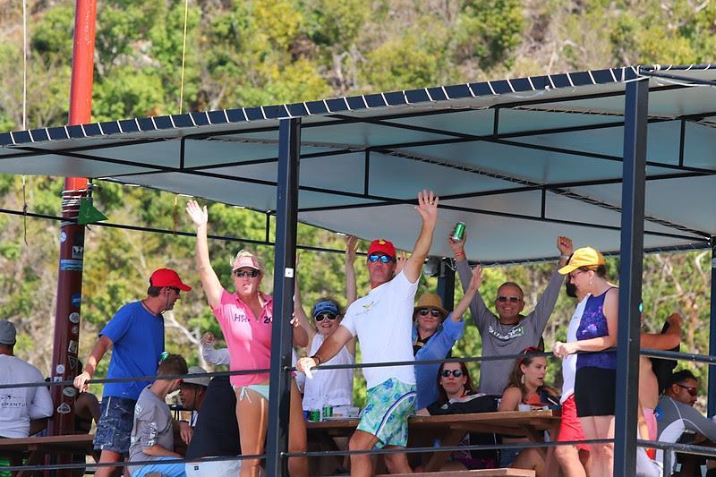 英属维尔京群岛春季帆船赛船员在威利T的享受时间 - 照片中的英格丽©Abery / www.ingridabery.com