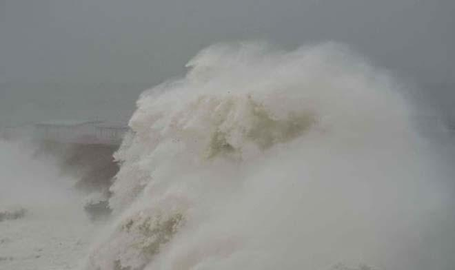 The entire pub is submerged beneath a giant 60ft wave © KNS News http://www.sell-story.co.uk/
