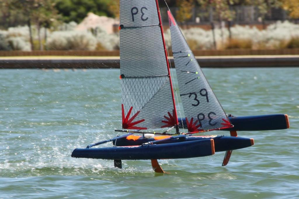 Hydrofoiling remote controlled sailing trimaran on test + Video