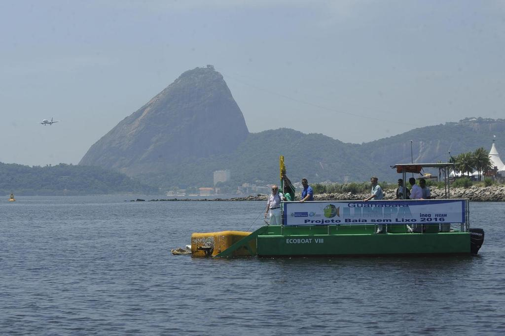 Ecobarco cleaning up the Bay © Secretaria de Estado do Ambiente do Rio http://www.rj.gov.br