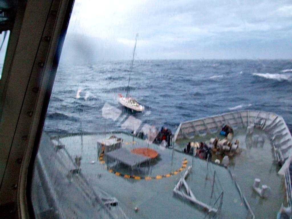 Passing gunline to the stricken yacht © New Zealand Defence Force