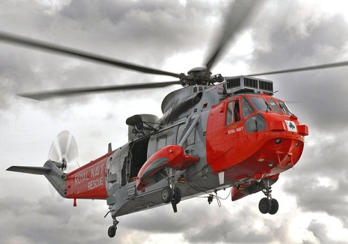 Royal Navy rescue helicopter in risky rescue ©  SW