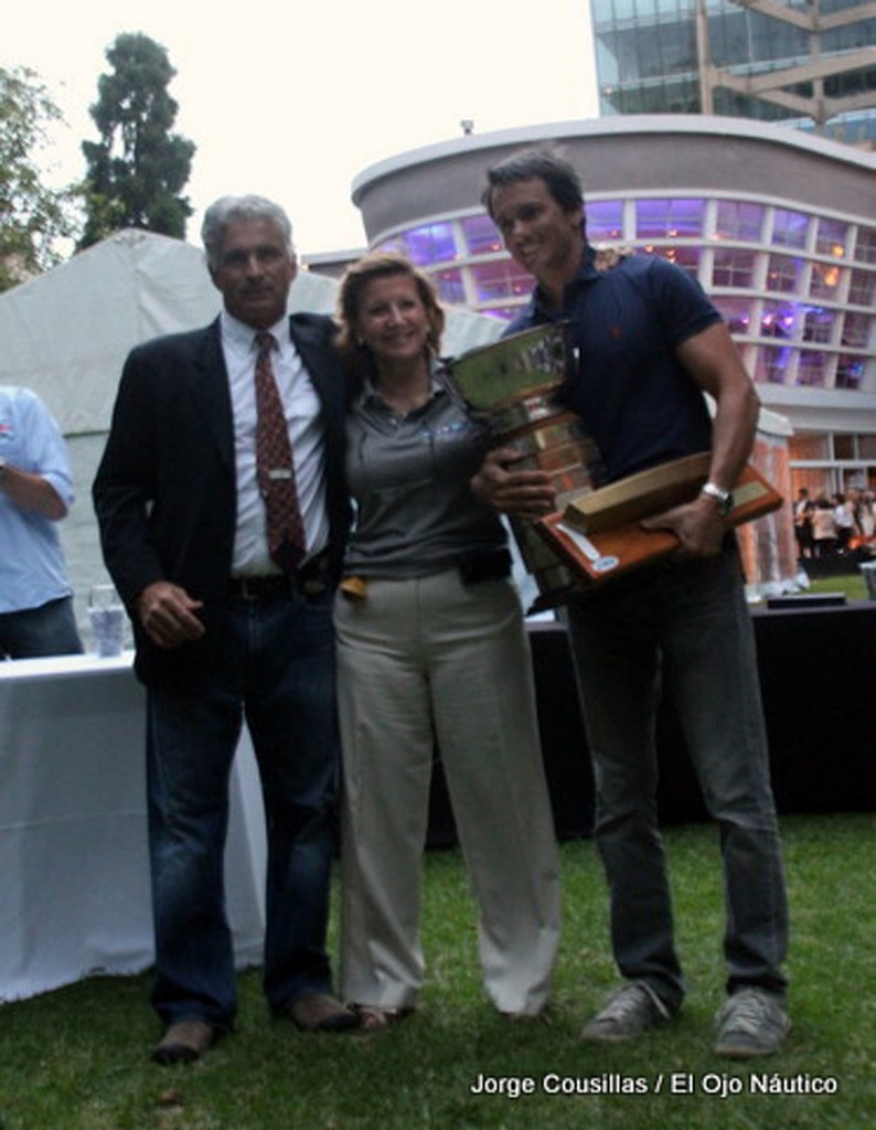 Bruno Bethlem with the WH&O trophy. Hugo Longarella (Regatta Chairman) and Yacht Club Olivos Commodore Maria Elsa Uzal © Jorge Cousillas www.elojonautico.com