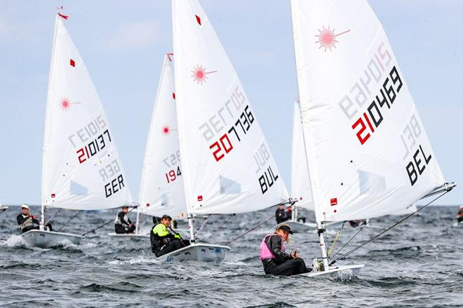 The first race of the Laser Radial on Monday was won by Maité Carlier from Belgium (right). Laura Bo Voss (Hamburg, left) became third. Carlier did fell over board in the following race and thus missed out on the chance for a top position. © www.segel-bilder.de