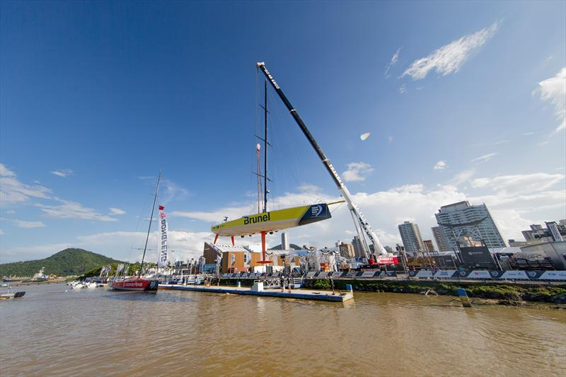 Leg 8, Itajai stopover. Craning Team Brunel - 04 April, . - photo © Pedro Martinez / Volvo Ocean Race